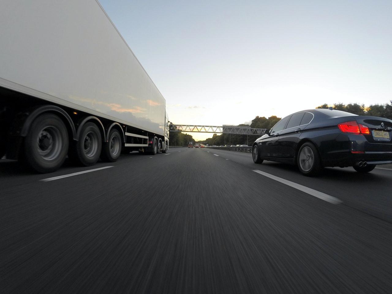 Где можно приобрести качественные запчасти для грузовиков и прицепов?